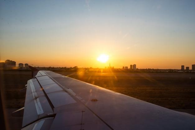 L'aile de l'avion contre le ciel. le concept de voyage et de vol.