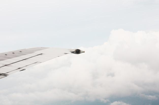 Aile d'avion dans les nuages