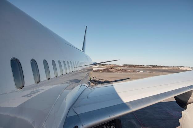 Aile d'avion avec des fenêtres sur la préparation de la piste pour le décollage