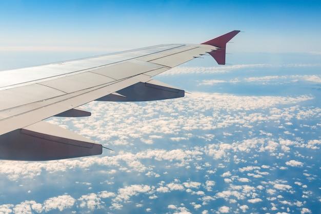 Aile d'avion sur les nuages