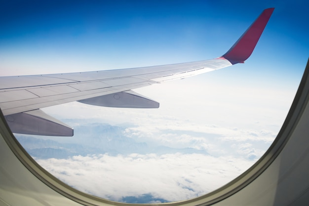Aile d'un avion volant au-dessus du ciel