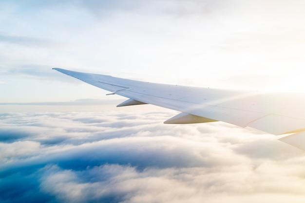 Aile d'un avion vue depuis la fenêtre pendant le vol