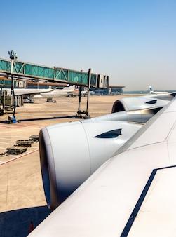 Aile avec des moteurs d'airbus a380 à l'aéroport de pékin - chine