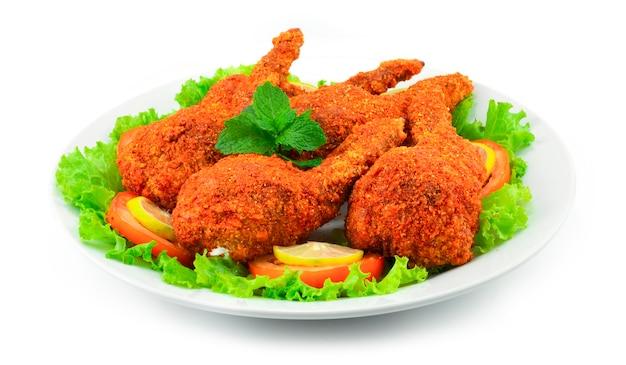 Aile de poulet farcie au barbecue épicé fusion food style international à l'intérieur avec du poulet haché, des nouilles en verre, du chou et des carottes mélangées décorez une vue latérale de chili et de légumes sculptés