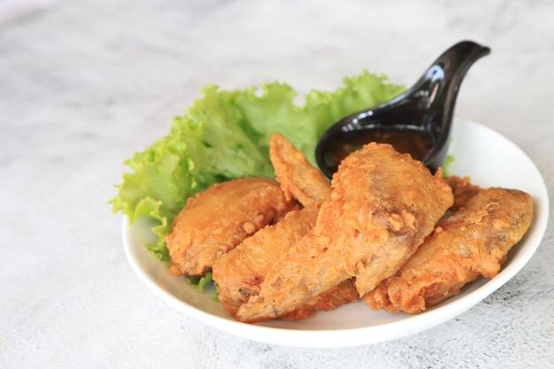 Aile de poulet frit sur l'assiette plat préféré en asie