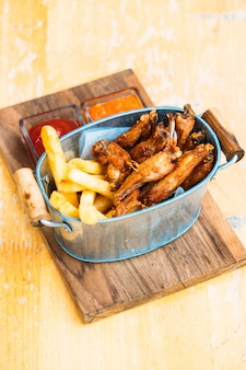 Aile de poulet frit avec des frites