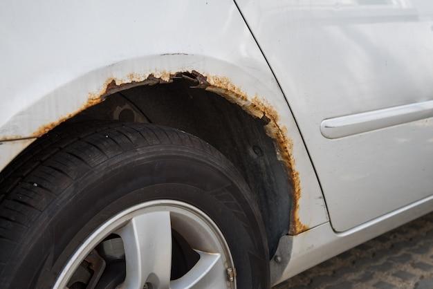 Aile de voiture rouillée. aile de voiture rouillée. aile de voiture rouillée.