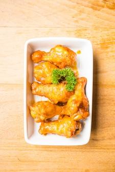 Ailes de buffle grillées dans une assiette blanche