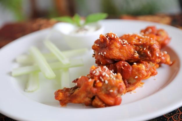 Ailes de buffle, poulet frit avec sauce piquante et épicée