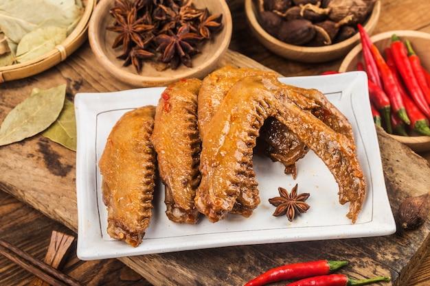 Les ailes du canard ont été bouillies et placées sur une assiette