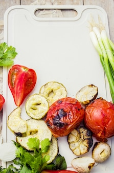 Ailes et légumes grillés. mise au point sélective.