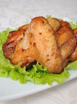 Ailes de poulet au four dans une marinade de miel et de soja à l'ail