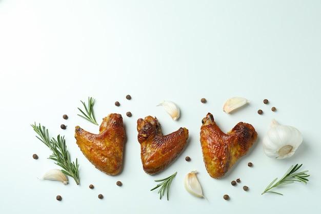 Ailes de poulet au four et épices sur fond blanc