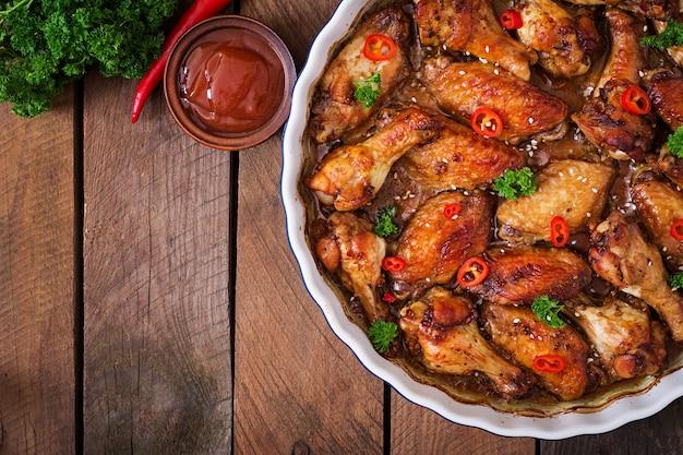 Ailes de poulet au four et sauce aigre-douce vue de dessus