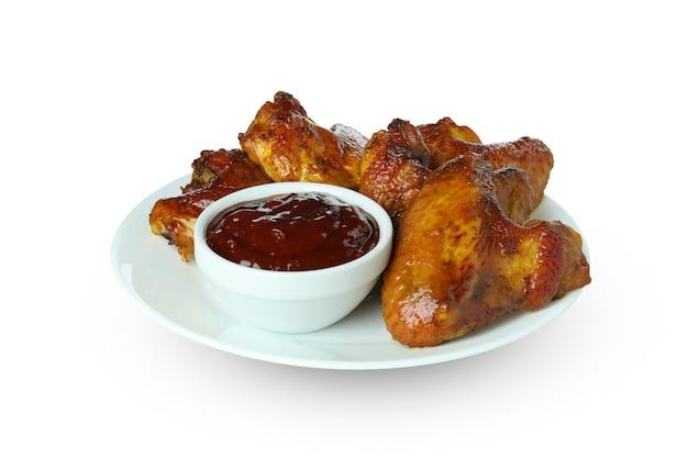Ailes de poulet au four avec sauce isolé sur fond blanc