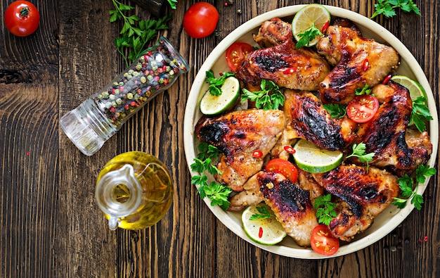 Ailes de poulet barbecue dans une sauce aigre-douce. pique-nique. menu d'été. nourriture savoureuse. vue de dessus. mise à plat