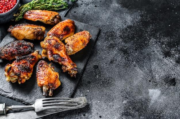 Ailes de poulet chaudes et épicées avec sauce piquante.
