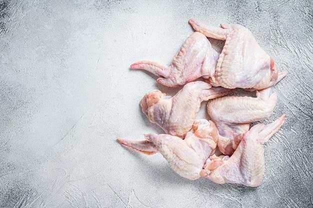 Ailes de poulet crues sur une table de cuisine
