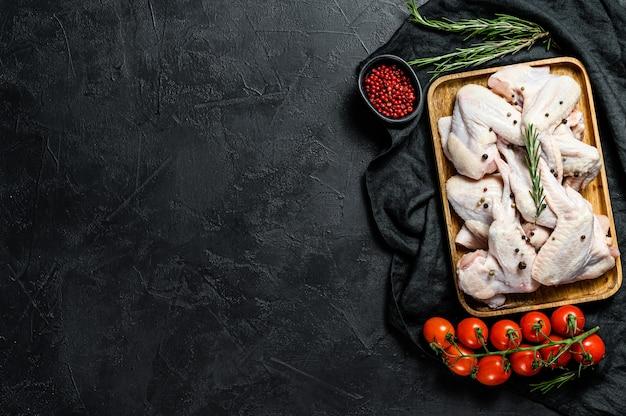 Ailes de poulet crues, volaille biologique de ferme, vue de dessus, espace pour le texte