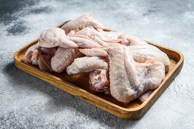 Ailes de poulet crues. volaille biologique de ferme. vue de dessus. .
