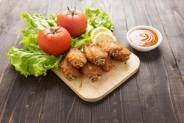 Ailes de poulet frit sur fond de bois