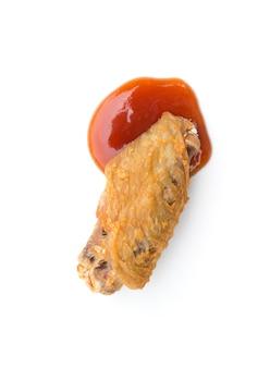 Ailes de poulet frit et ketchup isolé sur espace blanc