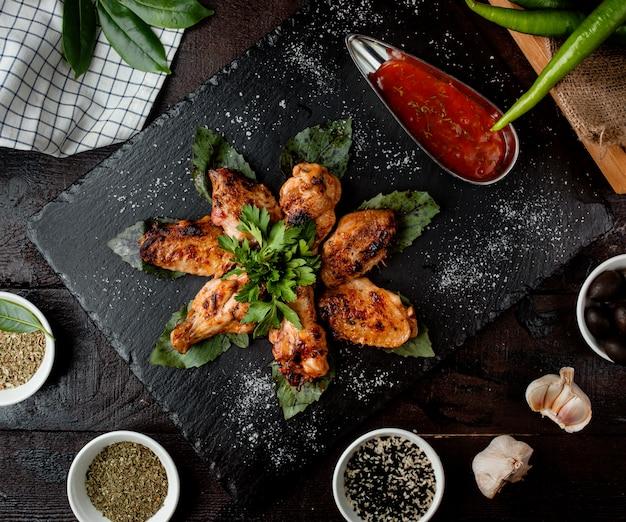 Ailes de poulet frit avec sauce vue de dessus