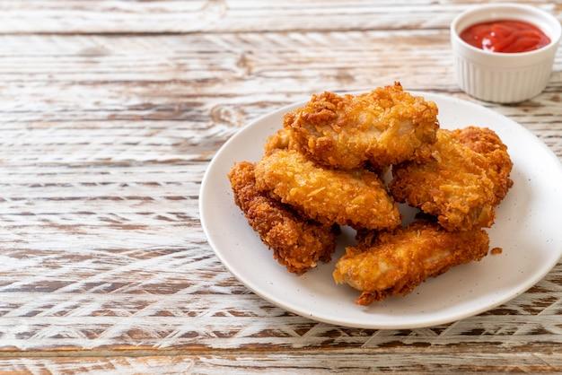 Ailes de poulet frites avec du ketchup