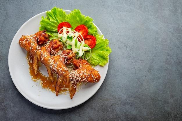 Ailes de poulet frites avec sauce de poisson et sauce de poisson douce.