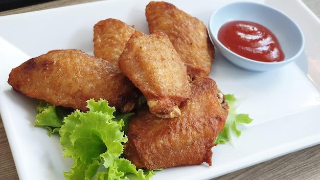 Ailes de poulet frites et sauce tomate