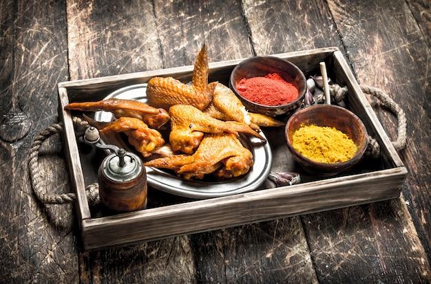 Ailes de poulet fumées aux épices sur un plateau.
