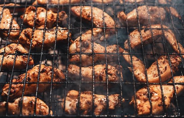 Ailes de poulet sur la grille du barbecue