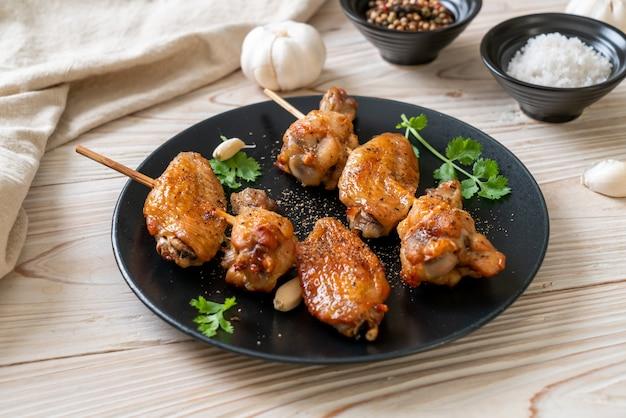 Ailes de poulet grillées barbecue au poivre et à l'ail