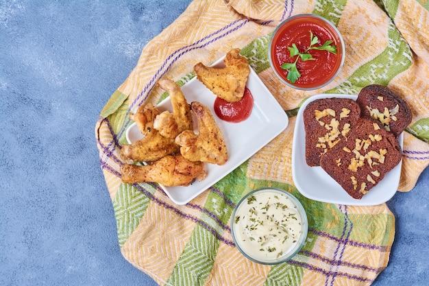Ailes de poulet avec sauces et épices.