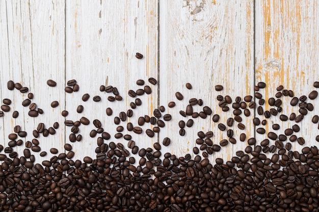 Aime boire du café en grains de café sur la table