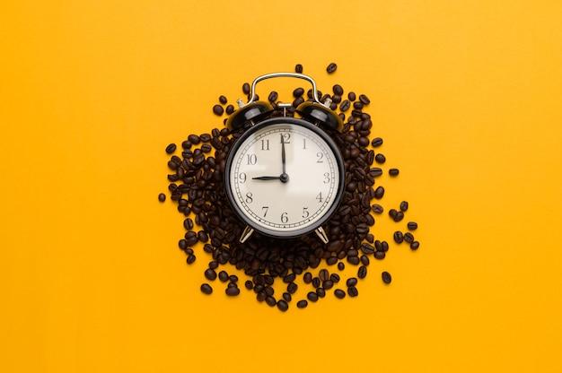 Aime boire du café pour augmenter l'énergie