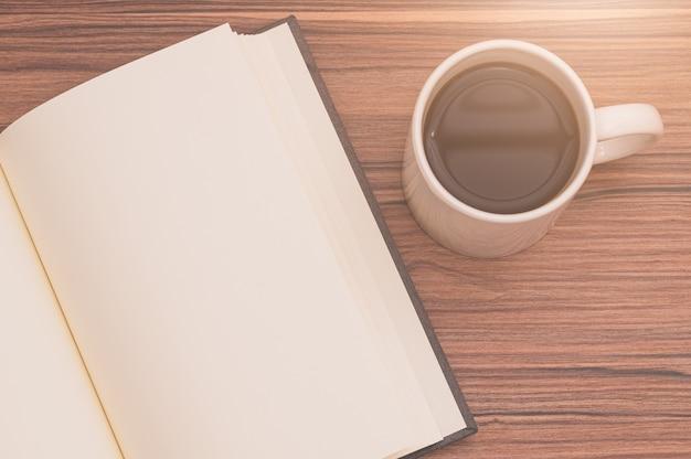 Aime lire, écrire des livres, boire du café