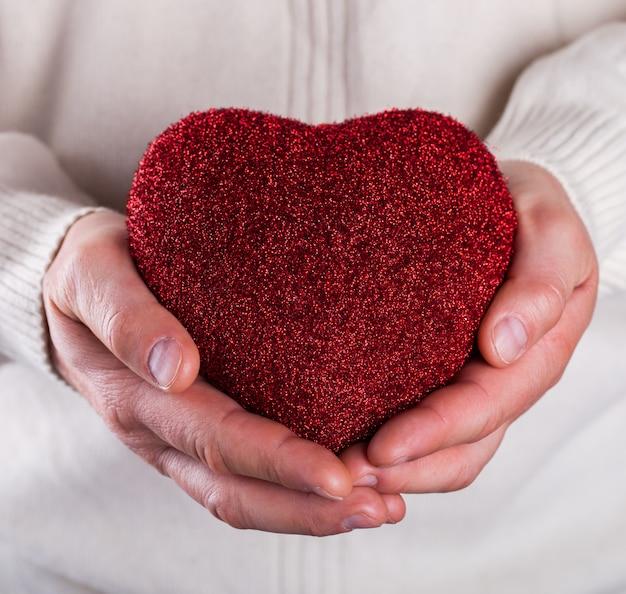 Aime les mains des hommes. concept valentine day.carte de voeux, cadeau.