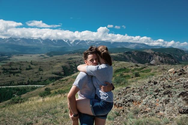 Aimer le couple ensemble sur la montagne