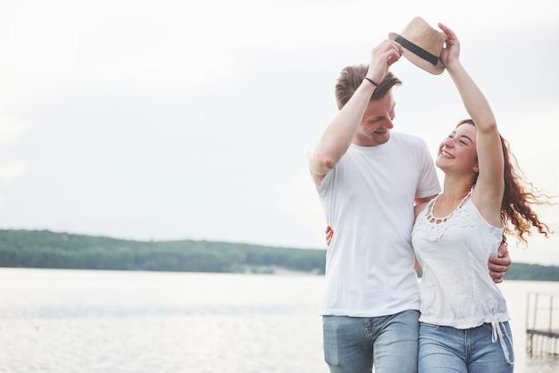 Aimer le couple heureux ludique drôle sur la plage.