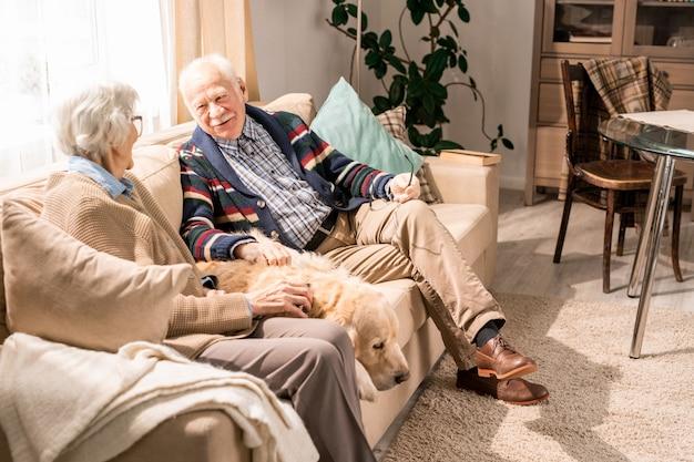 Aimer le couple de personnes âgées à la maison