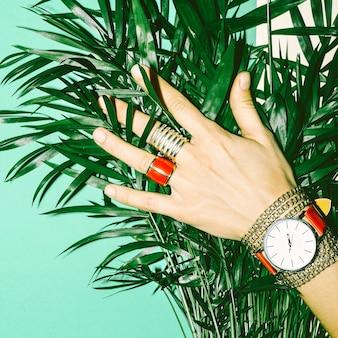 Aimer l'été. amour rouge. bijoux rouges élégants. dames de style de mode.