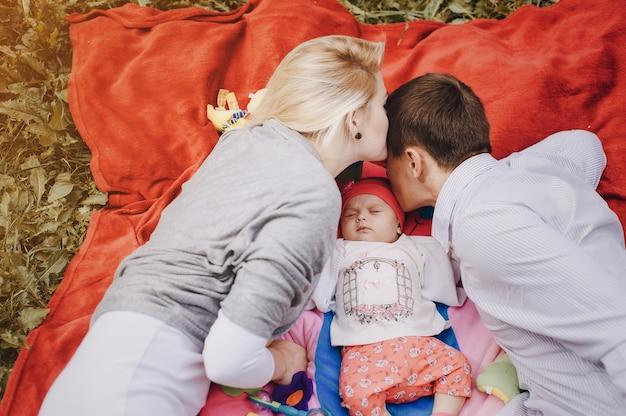 Aimer la famille embrassant l'extérieur