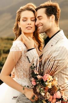 Aimer heureux couple étreignant tendrement dans de beaux vêtements, relation amoureuse.