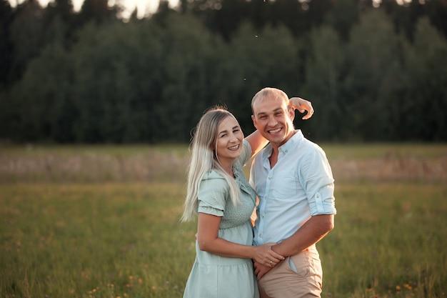 Aimer l'heureux couple en promenade
