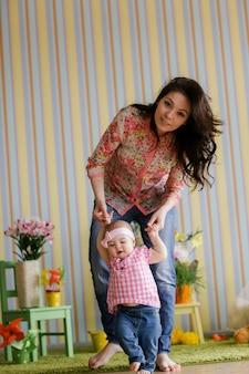 Aimer la jeune mère en riant embrassant souriant mignon enfant drôle fille profitant du temps ensemble à la maison