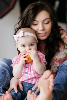 Aimer la jeune mère riant embrassant souriante mignonne petite fille drôle profitant du temps ensemble à la maison