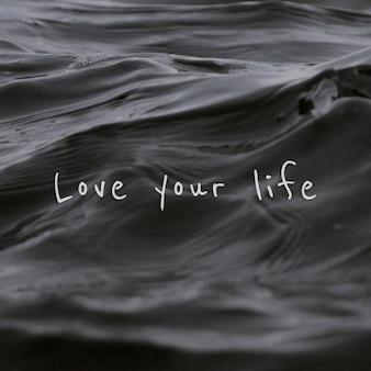 Aimez votre citation de vie sur un fond de vague d'eau