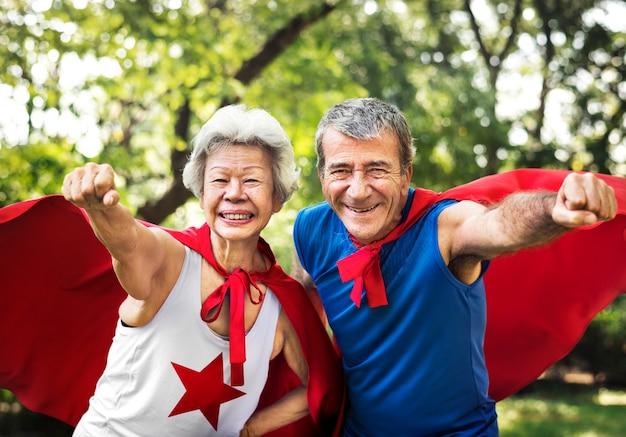Des aînés enfants portant des costumes de super-héros
