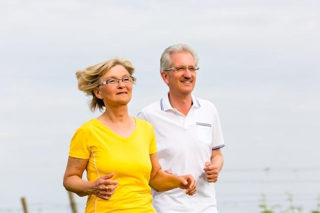 Les aînés jogging dans la nature en faisant du sport